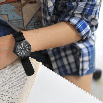 ナイロンベルトの長所は、軽くて丈夫なことと、汚れても水洗いできること。軽快な付け心地で、長時間装着しても負担になりにくい点もメリットです。カラーやデザインが豊富なため、遊び心のある実用的な時計を求めている方におすすめ。ロレックスやオメガといった多くの高級ブランドでも、NATOベルトを採用した人気モデルをリリースしています。