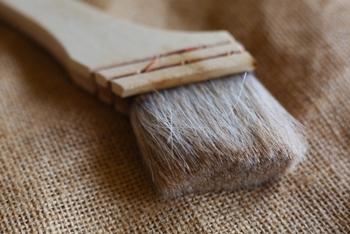 長持ちさせるためのおすすめの方法は、刷毛で粉を払い落とし、鏡餅の場合は台やお餅とお餅の間に短くした割り箸などを挟んで空気の通り道をつくる事。粉を払うには、写真のような刷毛がおすすめです。