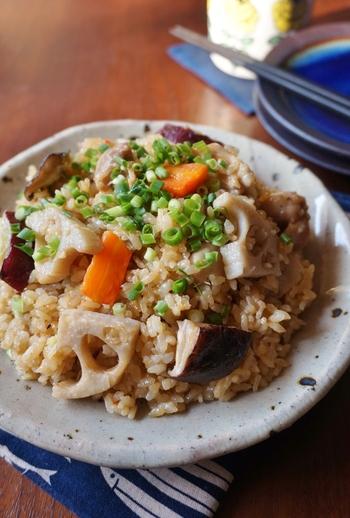 お餅をカットして炊き込む事で、もち米なしでももっちり感を出すレシピです。カチカチのお餅を切るのは危ないので包丁で無理なく切れる固さの餅のアレンジ向きです。おせち料理に飽きたお正月明けの気分転換にも向く中華風です。