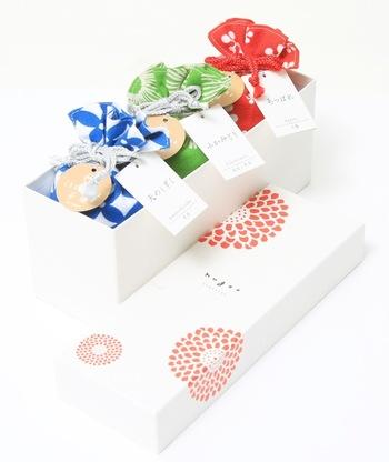 中のお茶を飲み終えてもずっと使える素敵な巾着と、季節感あふれる至福のお茶は、贈り物にも◎。茶鎌用ギフト1個箱や、2種類入る箱やカゴ、3種類入る箱や、黒篭、白篭まであり、用途や相手の家族構成などを考慮して選べるので、お世話になった方への贈り物にいかがでしょうか。