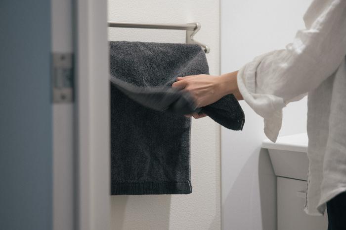 毎日使うタオルやふきんも処分するタイミングが分かりづらいですが、吸水性が落ちたり肌触りが悪くなってきたら、新しいものに交換するタイミングです。とくにバスタオルやフェイスタオルは直接肌に触れるものなので、肌触りの良いものを、いつも清潔な状態で使いたいですよね。