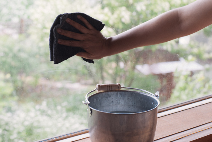 洋服と同じように、タオルやふきんも適当な大きさにカットしてストックしておけば、普段の掃除や年末の大掃除の時にウエスとして再利用できます。使い捨ての雑巾なら掃除の後にそのまま捨てることができるので、雑巾を洗ったり干したりする時間を省けて便利ですよ。