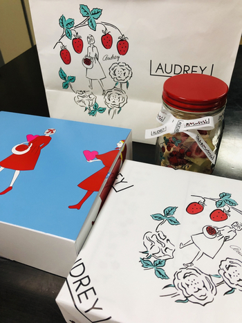 苺スイーツ専門店「AUDREY(オードリー)」。イチゴとチョコを使った焼き菓子で行列必至の人気店です。  さらに乙女心をつかんで離さないのが、この愛らしいパッケージ。空き缶はもちろん、包装紙やショッパーにいたるまで、ついつい手元に大事に置いておきたくなるようなそのデザインに盛り上がれるのは、女子友ならでは、ですよね。