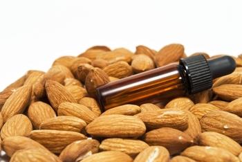 香ばしいアーモンドは、食用以外にも、良質のオイルを生む原料として注目されています。植物油の中でも抜群の保湿力を持ち、頭の先から足の裏まで全身のケアができるという優れた存在。 美容ケアの視点から、そのポテンシャルは見過ごすことはできません!