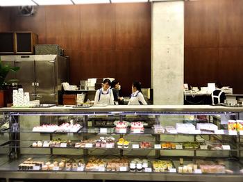どこか懐かしさを感じる、レトロな雰囲気の店内やショーケースに並ぶケーキたち。  アップルパイが看板商品ですが、今回は手土産で渡せばすぐにみんなで食べたくなる、フルーツポンチをご紹介。