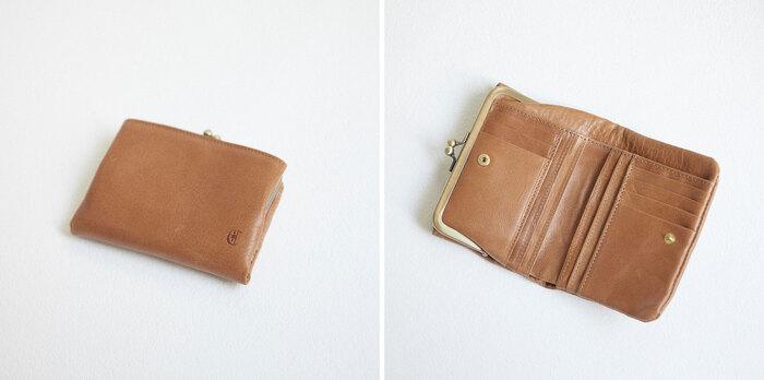 気軽に使え、手の平に収まるちょうどよい大きさの二つ折り財布。がま口の愛らしいデザインと機能性を兼ね備えたアイテムです。 内側には、しっかりと収納できるカードケースに、お札入れには便利な仕切り付き。また、フリーポケットが外側についているので、用途に合わせて収納のアレンジができます。