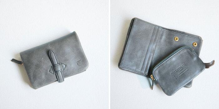 """ベルトで留めるコンパクトな二つ折り財布は、クラシカルな印象に。見た目以上の収納力を誇る優秀アイテムです。 スナップボタンで取り外し可能なコインケースは、スパやジム、旅行などのさまざまなシーンで重宝しそう。 本のページをめくるように収納できるカードケースは、""""どこに入れたっけ""""を解消してくれます。"""