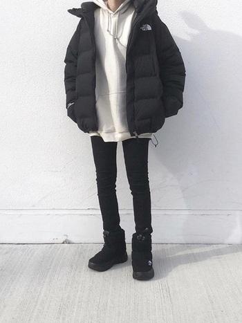 黒のスキニーデニム×ノースフェイスのウインターブーツの組み合わせ。タイトなシルエットとブーツのボリューム感が◎同じカラーでまとめることで、すっきりバランスよく仕上がります。