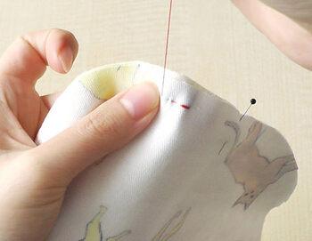 赤ちゃんの事を思いながらチクチク手縫いする時間は、穏やかでなんだか心が落ち着くものなんです。一つ作ると、どんどん作りたくなることも!お手元にあるガーゼやタオルをリメイクするもの良いですね。