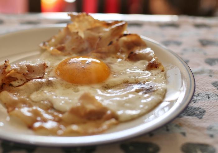 父親・日登志が亡くなり、実家に戻った麟太郎。通夜の準備中、母親・アキコが通夜ぶるまいの弁当をキャンセルし、突然自分で料理を作ると言い出した。そんな母親が最初に作ったのは目玉焼きだった。麟太郎は父親に初めて作ってもらった料理だと気づく。母親が次々に作る料理を食べながら、家族との思い出が蘇ってきて――。