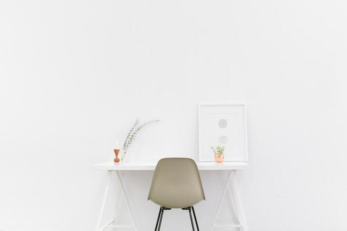 作り付け収納で足りず、収納スペースを増やせば、もちろん部屋は狭くなって掃除もしにくくなっていきます。 そんなときには、それを所有することと広々とした部屋と、どちらがより生活を快適にしてくれるか天秤にかけてみてください。  「狭い空間で窮屈に暮らすのは…」と思ったら、思い切って手放すタイミングかもしれません。