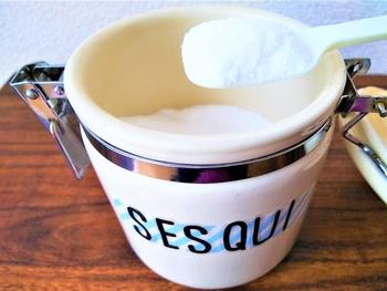 よだれやミルクには、雑菌などを繁殖させる栄養がいっぱい。それらは、普通のお洗濯では取れない事が多いので、セスキ炭酸ソーダや炭酸塩につけ置きが効果的です。気にならない方は、塩素系の漂白剤を使ってもOK。