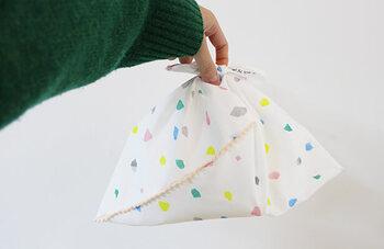 手ぬぐいでバッグを作るなら、ぜひ一度チャレンジしてほしい「あずま袋」。不思議な形と手ぬぐいの暖かい雰囲気がマッチします。