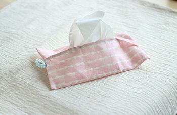 風邪のときや花粉症の時期、外出する際にポケットティッシュだけでは足りないことも多いのではないでしょうか。そんな時には、箱ティッシュの中身を入れて、折り畳んで持ち運べるケースがあると便利です。