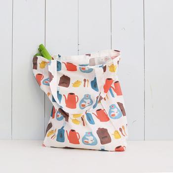 畳むのが簡単な、横マチの布製エコバッグ。スーパーの買物以外にも、ひとつカバンの中に入れておくと何かと便利です。