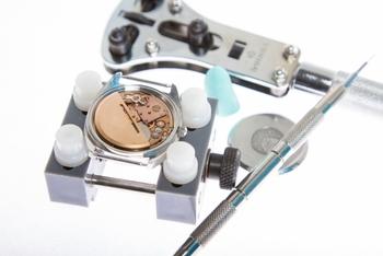 腕時計には機械式やクオーツ式などさまざまな種類がありますが、基本的にはどの時計も3~4年を目安に、すべての部品を分解してメンテナンスするオーバーホールをおこなった方が良いとされています。調子が悪くなる前に部品全体の健康診断をしておくことで、大切な時計の寿命を伸ばすことができますよ。