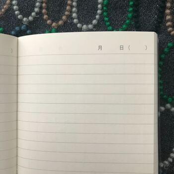 シンプル派のママさんは、無印良品のノートや手帳をアレンジしてみてはいかが?スケジュール帳に書き込むのも良いですが、おすすめなのがこちらの「上質紙1日1ページノート」。日付を書き込む欄と罫線のみで1ページなので、アレンジの自由度が高いです。絵を描いても良いし、写真を貼ってもいい。または、身長や体重などの数字の記録だけを最低限書きこむ、でもOKです。