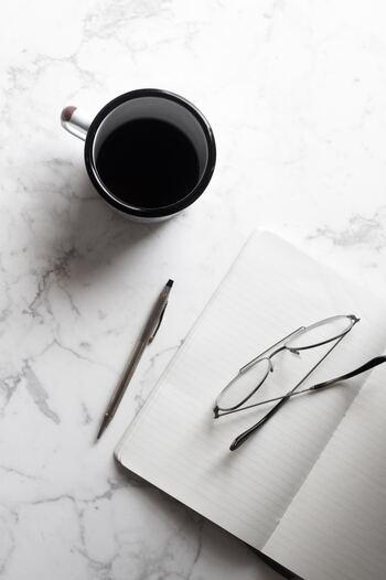 頭の中でオーバーフローになっている情報を整理するには、まずは「見える化」することです。考えていること、迷っていること、悩んでいること、モヤモヤとした感情、気になっているタスクなど。ノートや手帳に、思いつくままに書き出します。文章ではなく、単語や短い言葉で表すとよいでしょう。