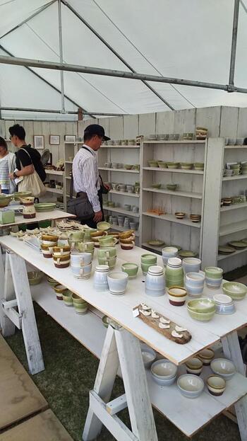 明治以降は紆余曲折を経ながらも、今もなお関東を代表する焼物で、その人気は衰えることを知りません。「陶炎祭」は、笠間を代表する催事の一つですが、年々出店数も来場者数も伸び続けています。  【昭和期から続くこの陶器市では、笠間の作家や窯元が一同に揃い、掘り出し物から逸品物まで、個性豊かな陶器が各ブースに所狭しと並び、多くの買い物客で賑わう。画像は、2016年「陶炎祭」開催時のテントブース内。窯元は、冒頭で紹介した「河野陶苑(河野カイ)』。】