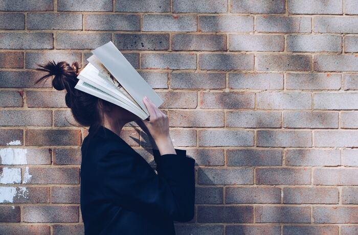 自尊心を高めるためには、自分自身のことを深く理解することです。あなたは自分が何を考えているか、何に対してどのように感じているか、把握できているでしょうか。今はぼんやりとしたイメージしかなくても、「ジャーナリング」という方法で、自己理解を深めることができます。テーマに対し、自分の思うこと、考えること、感じることを、手帳やノートに書き続けるだけでOKです。