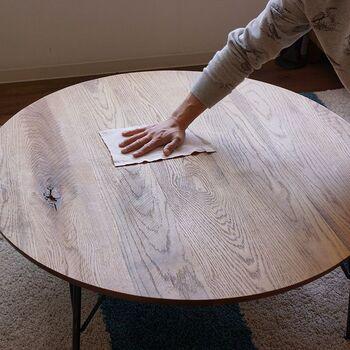 用意するものは、柔らかい布と木工用のオイル(ワックス)です。まず、固く絞った布でテーブルの汚れを拭き取ります。どうしても落ちにくい汚れがあれば、目の細かいサンドペーパーで表面を削ると綺麗になりますよ。