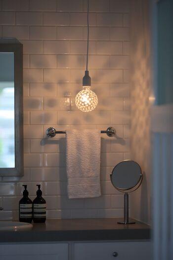 部屋全体に陰影が広がる、ドラマティックなペンダントライト。洗面所などの小さな空間は、照明で遊び心をプラスするのにぴったり。