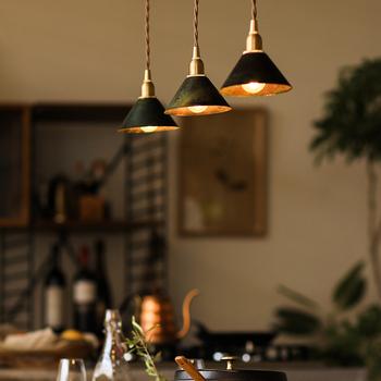食卓や、お気に入りの家具などを照らし、上質感のある落ち着いた雰囲気を演出するペンダントライト。取り入れ方次第で、日々の暮らしに豊かさをもたらします。