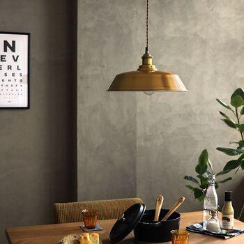 チェーンやコードなどで吊り下げる長さを調節し、照らす高さを変えられるのも特徴。空間の広さや照らしたい箇所に合わせて、自分好みに取り付けることができます。
