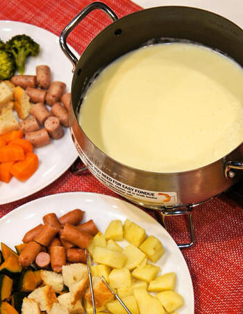 あっためチーズの王道といえば、やはりチーズフォンデュは外せません。みんなで食べるのにもぴったりです。画像はフォンデュ鍋ですが、土鍋やホットプレートでも作れるのでぜひ試してみてくださいね。
