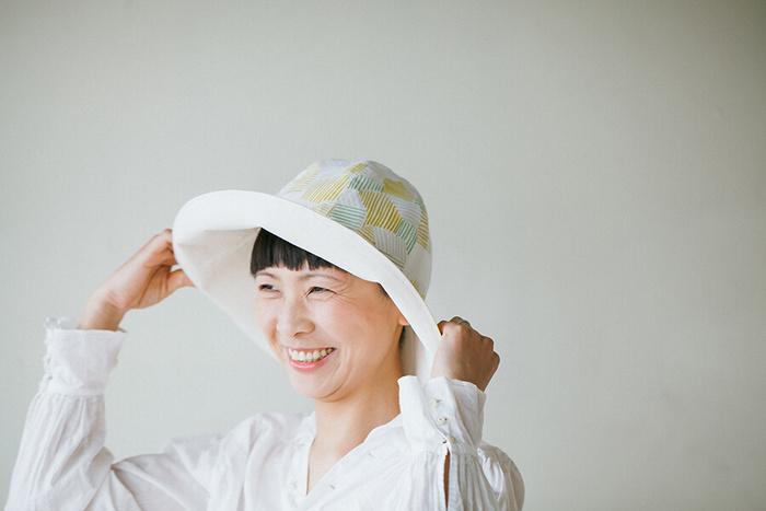 折り畳めて、夏に重宝する大人のつば広帽子。裏地には中厚手のツイル生地等がおすすめですが、表地は手ぬぐい1枚分ほどで十分です。
