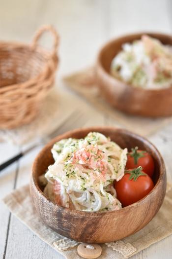 食材2つ・調味料3つの簡単サラダレシピ。レンジだけで手軽に作れます。カニカマと青のりで彩りよく、水分が出ないのでお弁当のおかずとしてもおすすめです。
