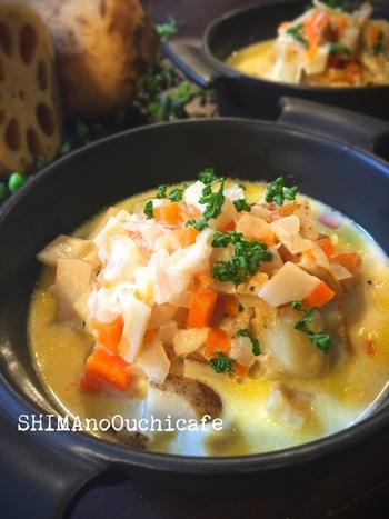 具だくさんで作りたいときはスープが便利です。魚介類だけでなく、野菜もたっぷり入ったおかずスープ。れんこんのシャキシャキとほくほく、両方の食感が楽しめます。