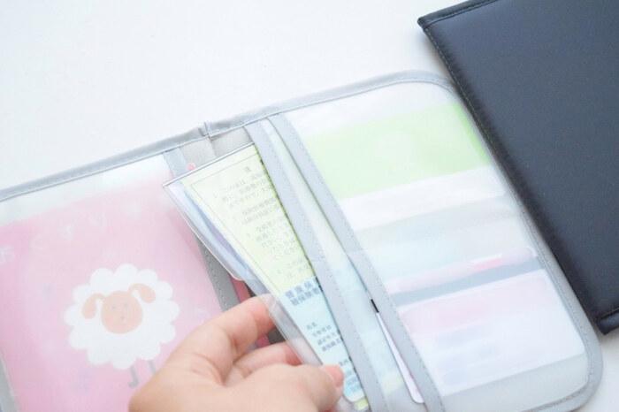 セリアのお薬手帳ケースを母子手帳ケースとして使っています。子供が大きくなったら、そのままお薬手帳や診察券など、病院の受付で出すものをまとめて収納しておくことができますね。
