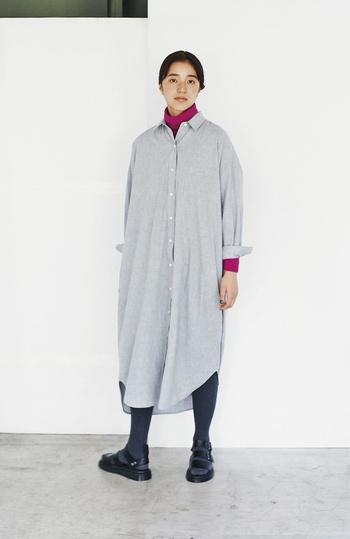 シャツをそのまま着ているかのような、メンズライクなコットンシャツワンピース。シンプルなデザインだからこそ、鮮やかなピンクのタートルネックをインして、着こなしに華やかなアクセントを♪