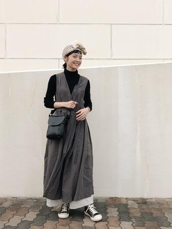 柔らかなノースリーブのシャツワンピも、タートルネックのニットを重ねることで冬らしい着こなしに。ワイドパンツをプラスしてトレンド感もしっかりと。