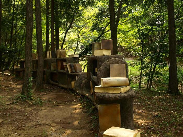 緑豊かな広大な園内には、コンサートや陶器市等、様々なイベントが開催される広場がある他、陶製オブジェが森の中に点在する『陶の杜』、遊具で遊べる『遊びの杜(天空の砦)』や『水辺の広場』などが散在しています。 【芸術の森内「陶の杜」に点在する陶製のオブジェ】