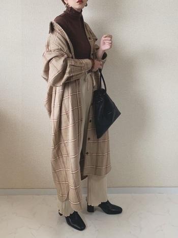 こちらはベージュでまとめたおしゃれなワントーンコーデ。襟を抜いて羽織ると、今年らしい抜け感のあるシルエットが作れます。