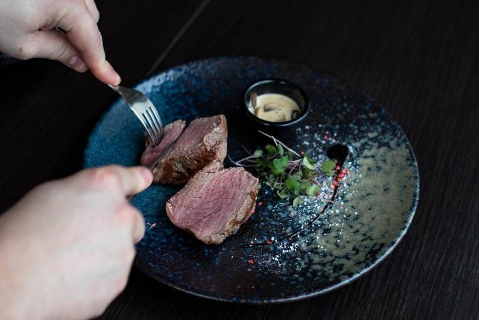 お肉を重くならないよう調理するには、下記のようなポイントを押さえると食べやすくなります。とはいえ、一番いいのは「食べたい!」と思えるようなメニューを選ぶこと。レシピを参考にして、お肉を美味しく頂きましょう!