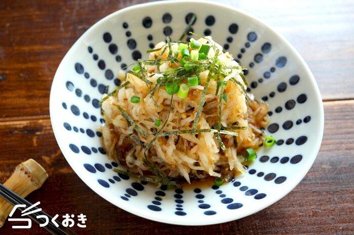 大根がたっぷり食べられるレシピです。めんつゆやおかか、ごまの風味が合わさって、複雑な味わいを楽しめます。箸休めにもちょうど良いですね。