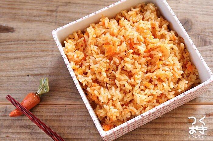 すりおろしたにんじんをご飯に混ぜて炊くのは斬新ですよね。にんじんの甘味がご飯とマッチします。野菜嫌いなお子さんも、これなら食べてくれるかも!