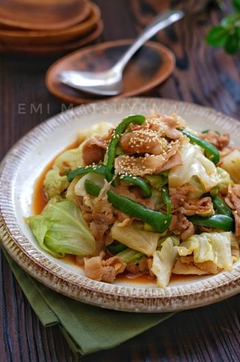 お肉も野菜も一緒に摂れる栄養満点レシピです。時短の秘訣はキャベツをレンジで加熱すること。後は味付けした豚肉と野菜を炒めるだけです。ご飯が進みそうですね!