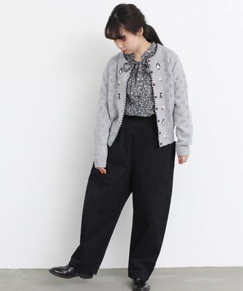 着まわしがしやすく、どんな服にも合わせやすいカーディガンなら、柄×柄スタイルもお手の物。透かし柄のニットカーディガンは、冬の着こなしのハズしとしても活躍しますし、春のポカポカ陽気にもぴったり。