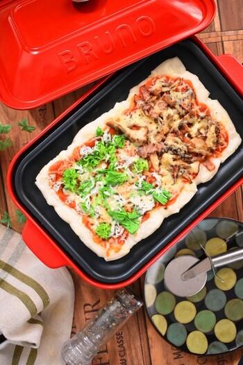 切り餅をホットプレートに広げて、材料を乗せて作る餅ピザ。外はパリッと、中はお餅の柔らかさが残ってもちっとした食感が、一度食べると癖になるんです。もちろん、具材はアレンジ可能で、フライパンでも作れます。
