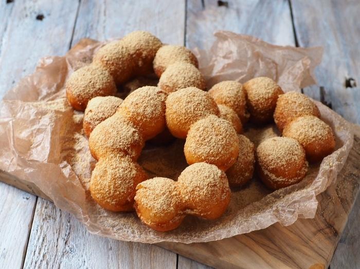 もちもちの食感がおいしいポンデリング。実は、お餅とホットケーキミックスでお家でも作れるんです。きな粉やあんこなど、トッピングもお好みで楽しんでみてくださいね。
