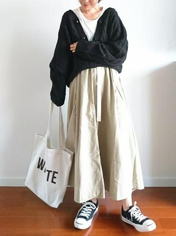 ボリュームのあるロングスカートでも、ビッグシルエットのカーディガンをゆるっと着ることで、ヌケ感をプラスできます。ブラックやネイビーなど濃い色をチョイスすると引き締まって見えるので、着ぶくれ回避にもGOOD。