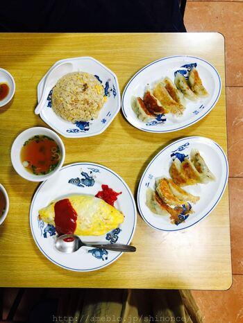 オムライスにチャーハンに餃子。これぞ定番メニューだけど、やっぱり美味しい。店名がプリントされた昔ながらの中華皿がカワイイです。