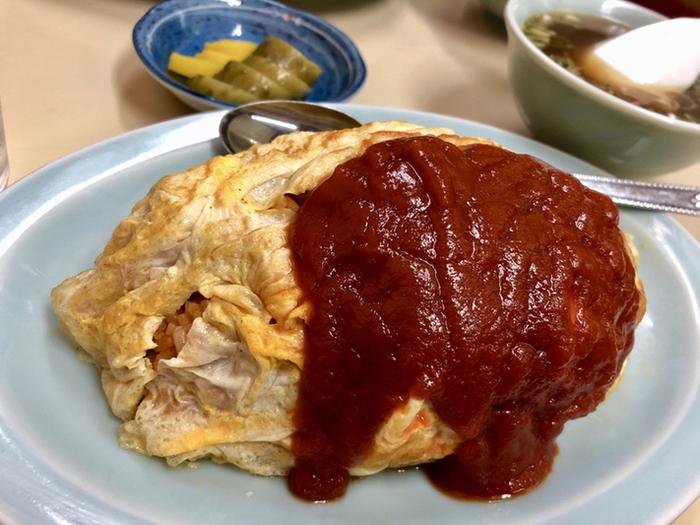 しっかりめに焼かれた卵にケチャップがたっぷりかかったオムライス。ちょっぴり大雑把な包み方も、また町中華らしさ。味はもちろん絶品です。