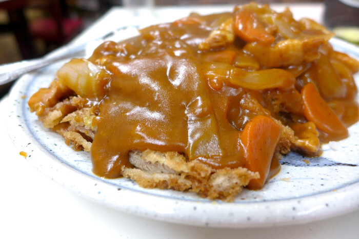 もうひとつ、町中華であると頼みたくなるのが、カツカレーやカレーライス! 少しとろみのある中華だしの効いたカレールーと、薄切りの食べやすいトンカツがベストマッチ。間違いない美味しさです。