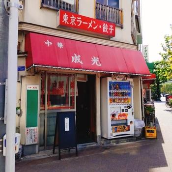 神保町駅から、徒歩約3分の場所にある「成光」。思わずふらりと立ち寄りたくなるアットホームな雰囲気のお店です。