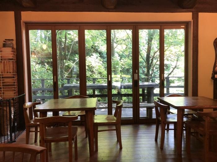 パン工房にはカフェが隣接し、飲み物を注文すると購入したパンをその場でいただくことができます。窓から外の緑が見えて、のんびりと過ごせますよ。
